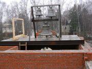 Прообраз колокольни (колокола есть, колокольни нет), апрель 2004 г.