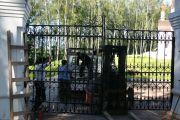 Установка главных ворот, июнь 2012 г.