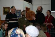 По традиции с молитвой был разломлен сербский хлеб – колач