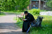 Отец Леонид в парке усдьбы