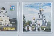 На стенде сувениров мы увидели магнит с изображением нашего Храма