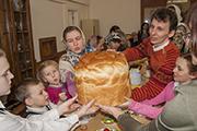 Праздничный хлеб передавали с рук на руки