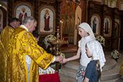 Подарочные свечи с изорбажением Святителя Николая были розданы всем прихожанам