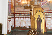 Завершение росписи в нижней части правого придела храма