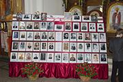 Стенд с фотографиями героев Бессмертного полка Никольского храма.