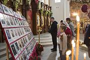 У стенда с фотографиями героев Бессмертного полка Никольского храма