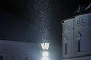 Ночь, улица, фонарь..и снег.