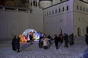 Под стенами Ростовского кремля водим хоровод и поем.