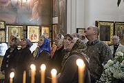 Прихожане рассматривают новые апостольский и пророческий ряды иконостаса.