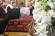 Перед Плащаницей поклоны делаются после крестного знамения. При целовании Святой Плащаницы целуют честные руки и затем — честные ноги.