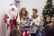 К нам пришел Дед Мороз и подарки всем принес.