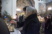 Прихожанка храма ставит свечи.