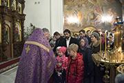 Прихожане прикладываются в Кресту.