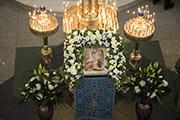 Икона Праздника украшена живыми цветами.