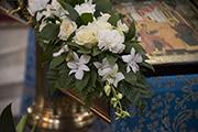 Живые цветы у иконы Праздника.