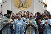 В постсоветской истории Русской православной церкви этот обычай был возрождён в 1995 году, и сегодня при многих храмах после литургии в небо выпускают белых голубей.