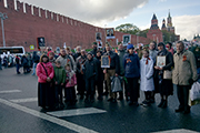 """Наши прихожане на праздничном шествии колонны """"Бессмертного полка"""" на Васильевском спуске."""
