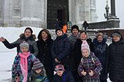 Ребята с родители зашли поклониться в Храм Христа Спасителя.