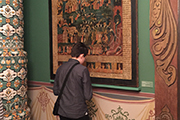 Интерьер этого зала стилизован под храм и ребята подметили роспись настенных полотенец, так похожих на изображения в нашем храме.