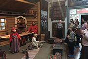 С традиционными промыслами и повседневным бытом крестьян мы познакомились на третьем этаже музея.