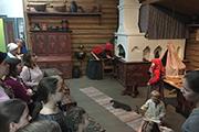 Мы увидели убранство крестьянской избы, расписные сани, сундуки и ларцы, а также самовары, прялки и народные костюмы разных губерний России.
