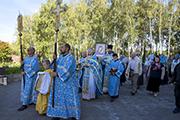 В завершении Божественной литургии состоялся крестный ход вокруг храма под торжественный и радостный  благовест.
